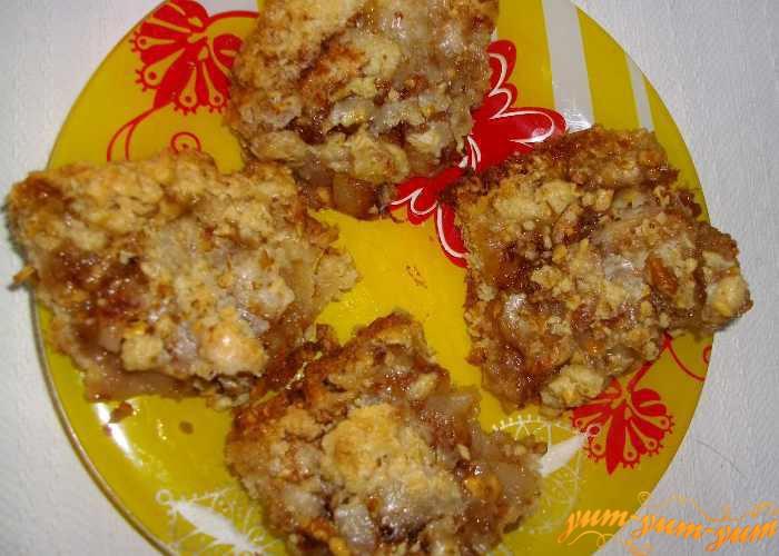 Хрустящий пирог 'Дары осени' с грушами и орехами подаем к столу