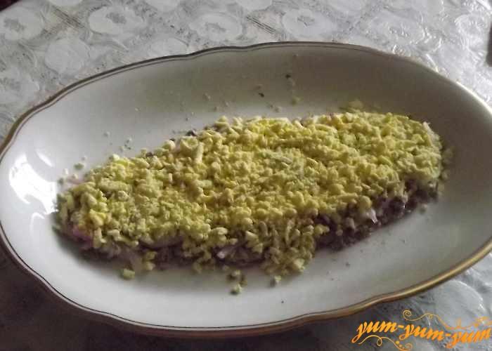 Яйца, лук и сыр выкладываем слоями
