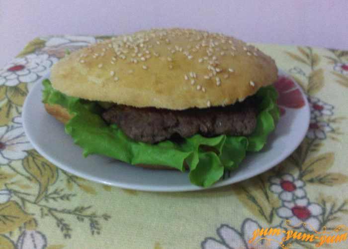 Закрываем гамбургер второй частью булочки