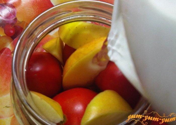 Заливаем в банки с помидорами и яблоками маринад