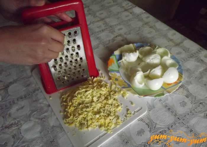 Желтки вареных яиц для салата с сайрой