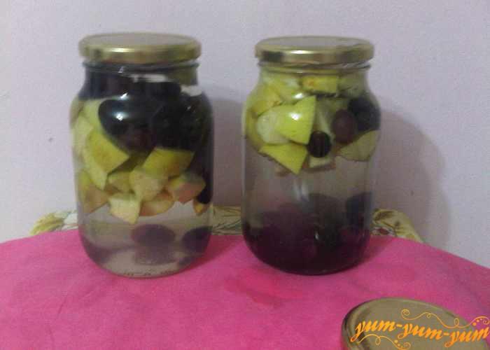 Банки с компотом из винограда из яблок оставляем прогреваться