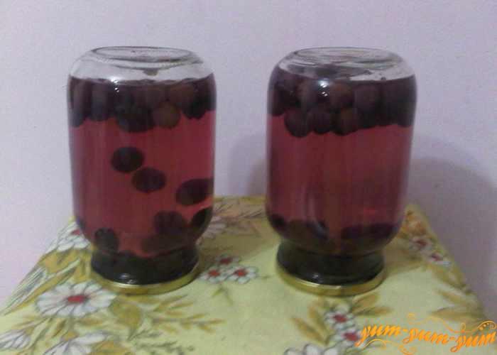 Баночки с виноградным компотом переворачиваем вверх дном