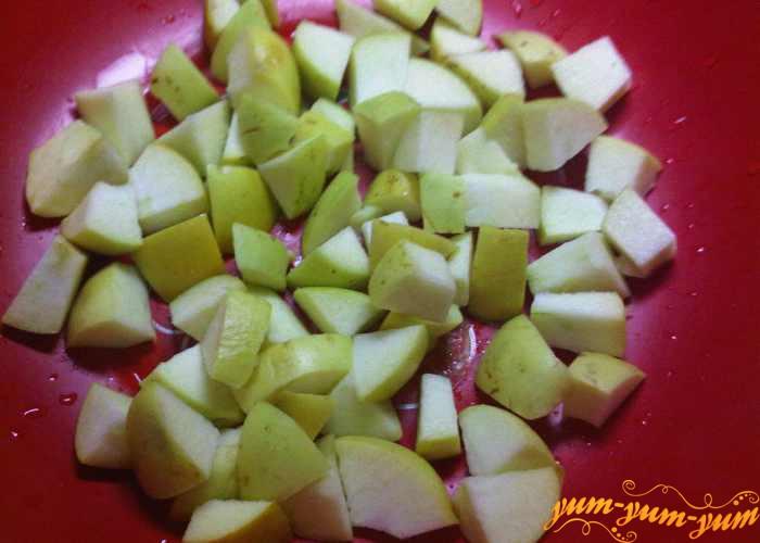 Чищенные яблоки режем мелкими кусочками