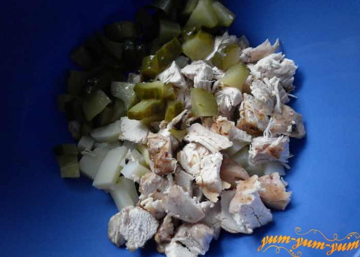 Добавляем мелко нарезанный соленый огурец