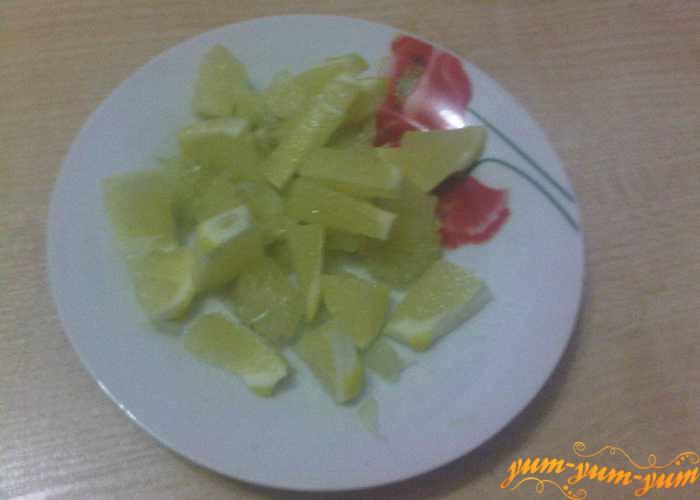 Лимон нарезаем мелкими кусочками