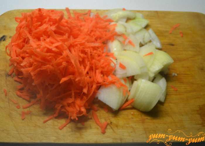 Морковь чистим и натираем на терке