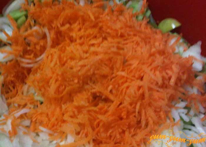 Морковь натираем на терке или режем тонко