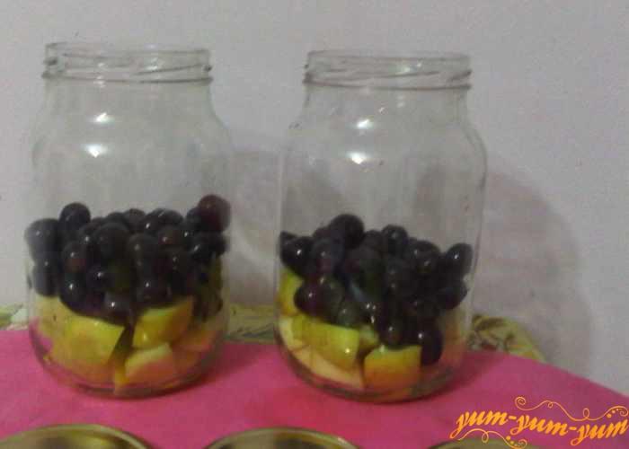 Наполняем банки яблоками и виноградом