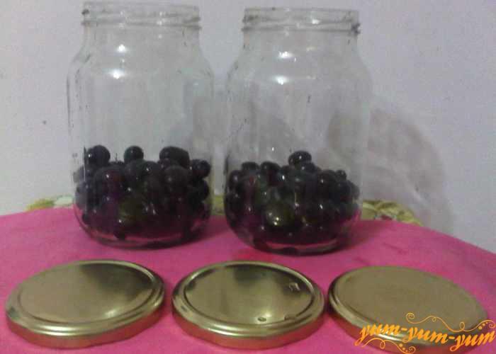 Наполняем чистые банки виноградом