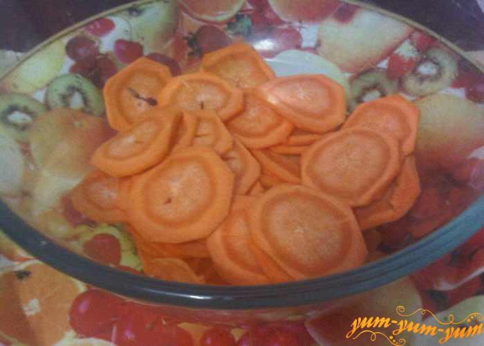 Нарезаем очищенную морковь колечками