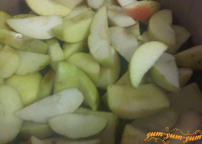 Очищенные яблоки нарезаем средней толщины дольками