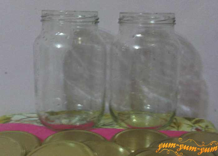 Подготавливаем чистые банки для яблочного сока