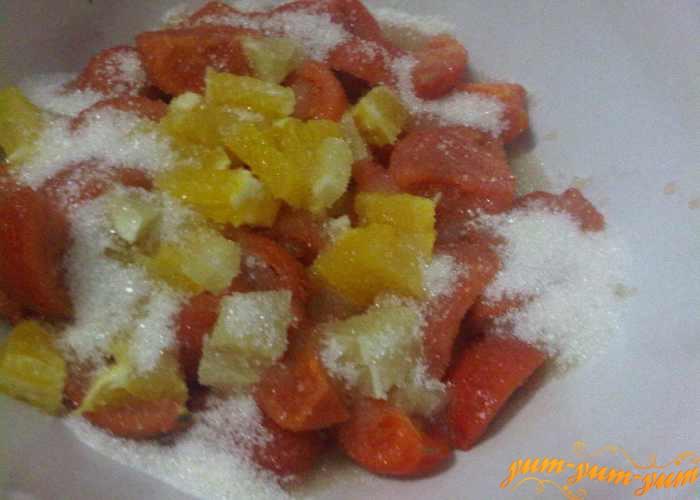 Помидоры, апельсин и лимон засыпаем сахаром