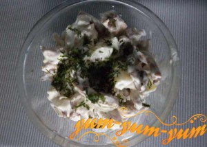Приготовленный салат с куриного мяса и грибов