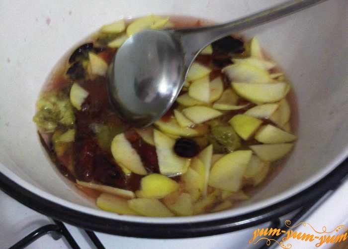 Сливы добавляем к яблокам в сироп