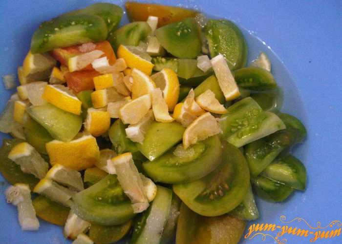 Смешиваем зеленые помидоры и лимон