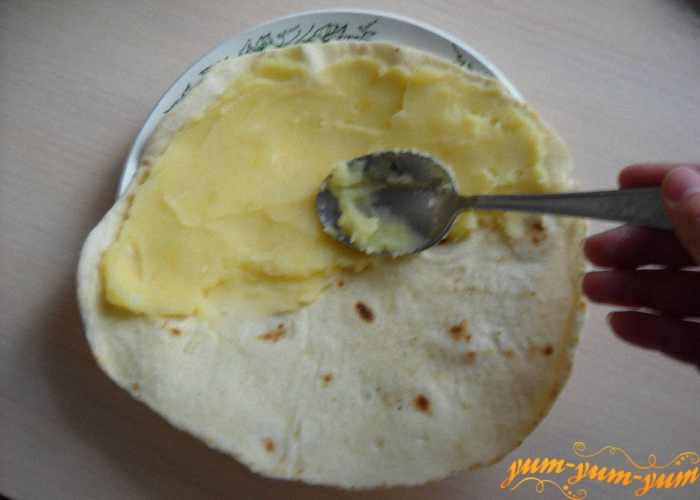 Теплую лепешку смазываем готовым картофельным пюре