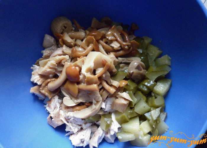 В салат из мяса добавляем маринованные грибы