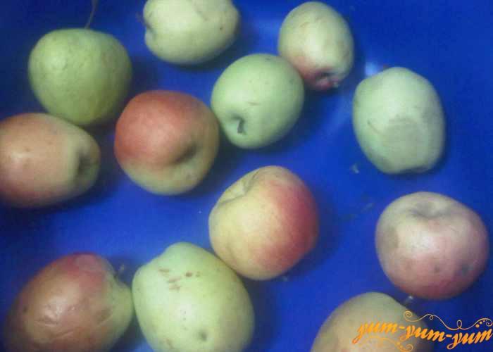 Яблоки для повидла берем спелые и поврежденные