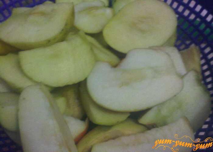 Яблоки для варенья моем и чистим от семян
