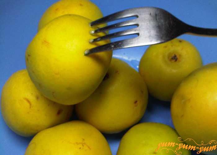 Яблоки накалываем в нескольких местах вилкой