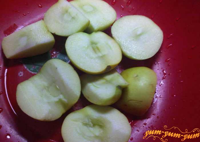Яблоки вымыть и удалить серединку с семенами