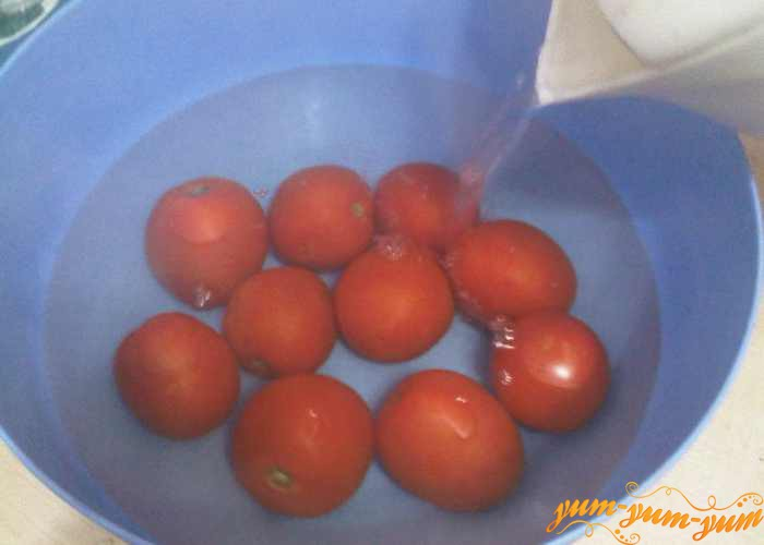 Заливаем чистые помидоры горячей водой