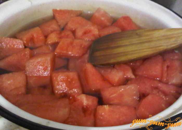 Заливаем мякоть арбуза водой и ставим варить