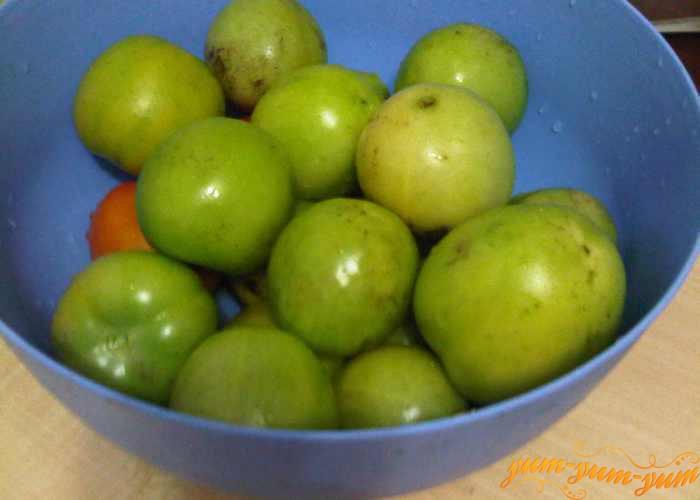 Зеленые помидоры для маринования выкладываем в удобную миску