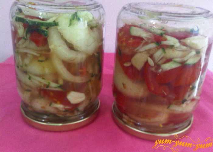Банки с салатом из огурцов и помидоров переворачиваем и охлаждаем