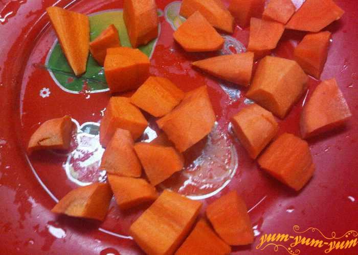 Чищенную морковь режем кусочками