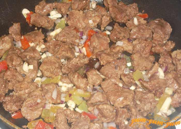 Добавляем к мясу лук и перец