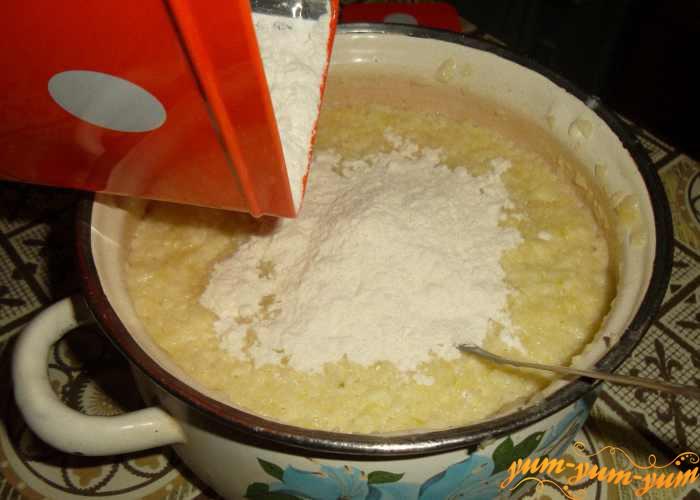 Добавляем муку в кабачковое тесто