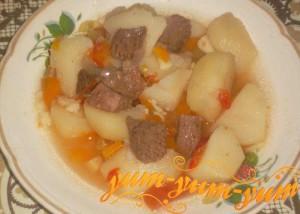 Готовая говядина, запеченная в духовке с овощами
