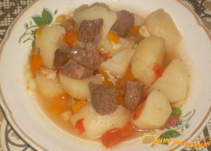 Готовое мясо запеченное с картофелем и помидорами в горшках подаем к столу