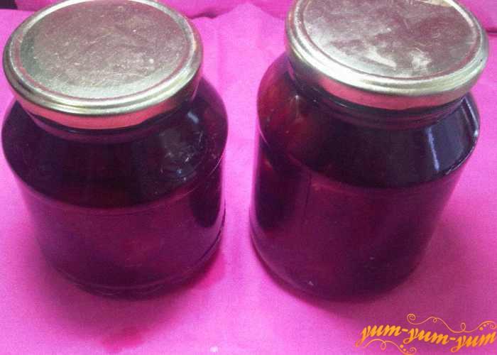 Готовый компот из слив с сахаром по-домашнему закатываем