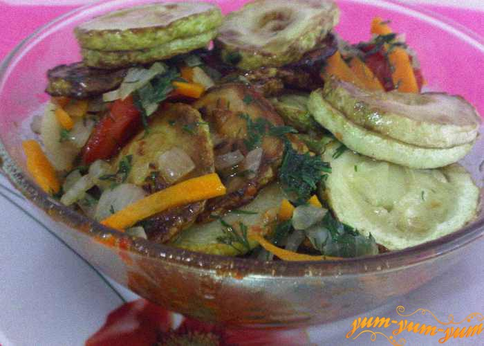 Готовый салат из кабачков на зиму можно подать к столу