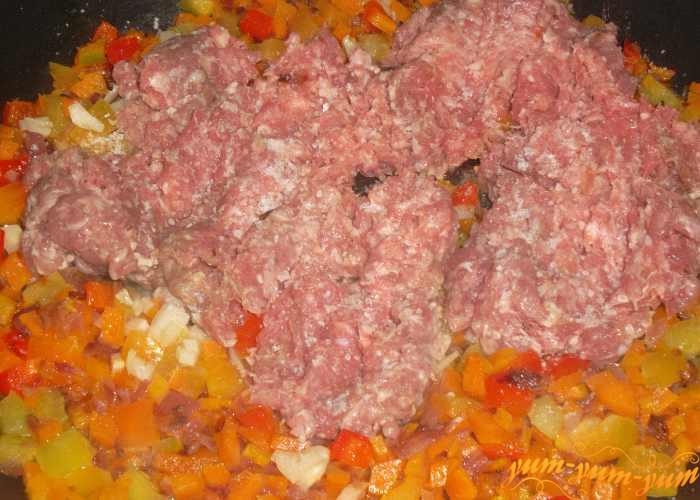 К овощам добавляем подготовленный мясной фарш