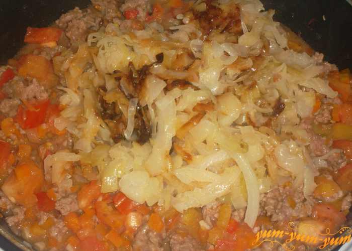 К тушеным овощам добавляем подготовленную капусту
