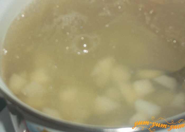 Картофель выкладываем в кипящий бульон