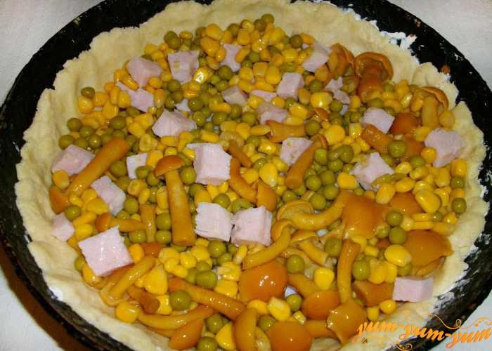 Кукурузу, горошек и грибы выкладываем на тесто