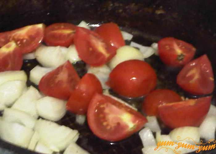 Лук и помидоры обжариваем на сковороде
