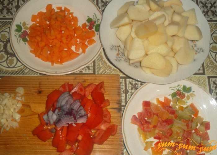 Нарезаем все овощи небольшими кусочками