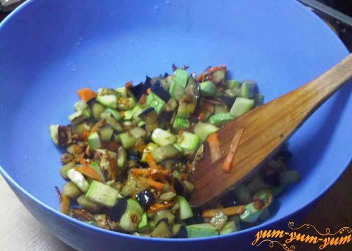 Обжаренные кабачки и баклажаны перекладываем в удобную посуду