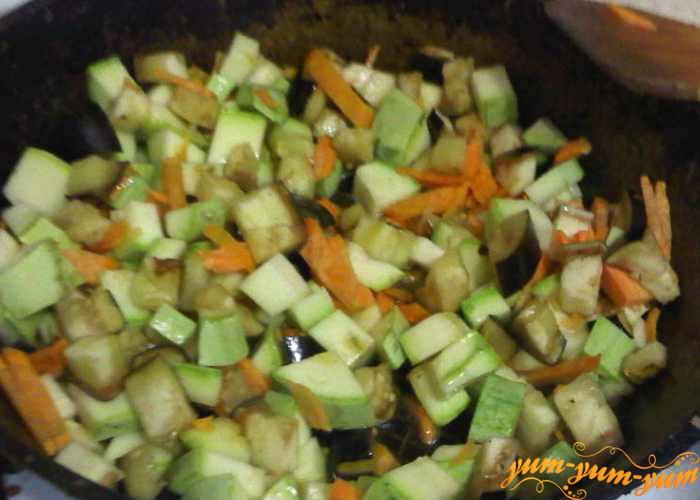 Обжариваем овощи небольшими порциями