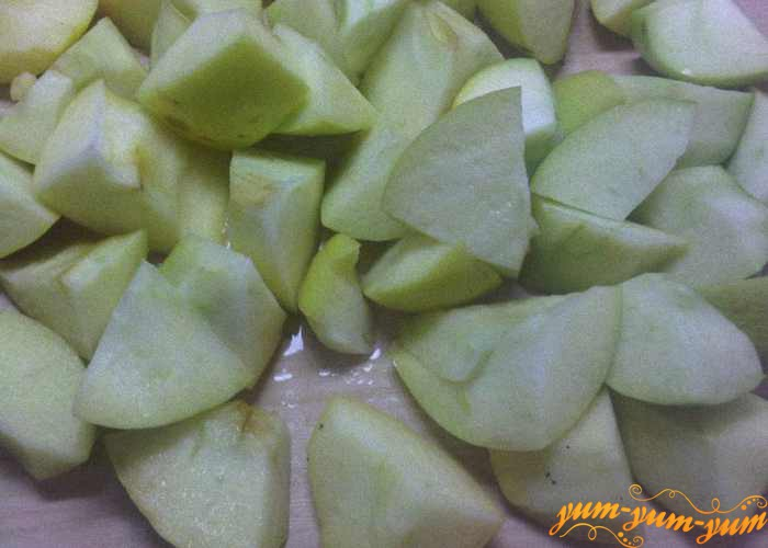 Очищаем от семян мытые яблоки
