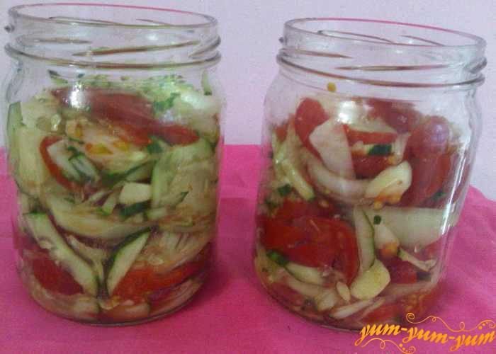 Овощи для салата перемешиваем и укладываем в банки