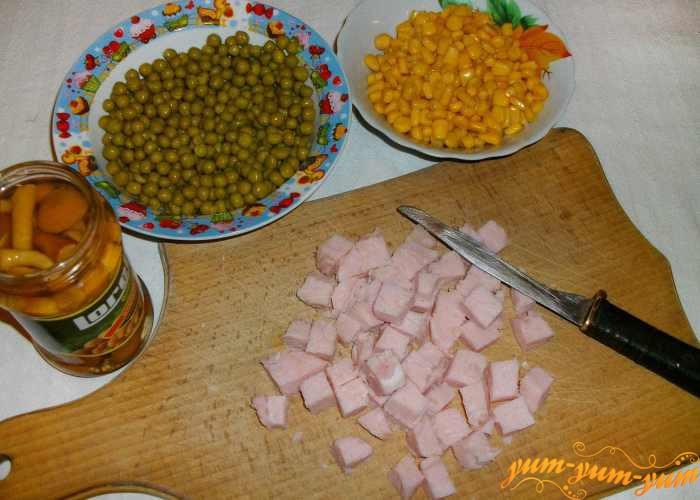 Подготавливаем продукты для начинки пая