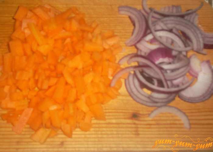 Репчатый лук и морковь нарезаем небольшими кусочками